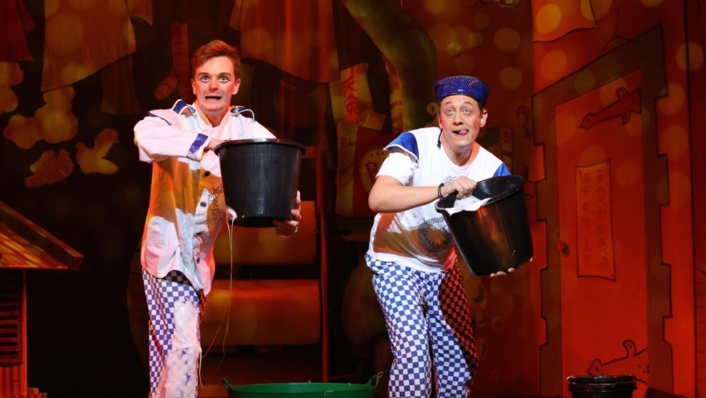 aladdin-tom-whalley-as-pc-pong-and-jon-monie-as-wishee-washee-photo-credit-anna-barclay-2