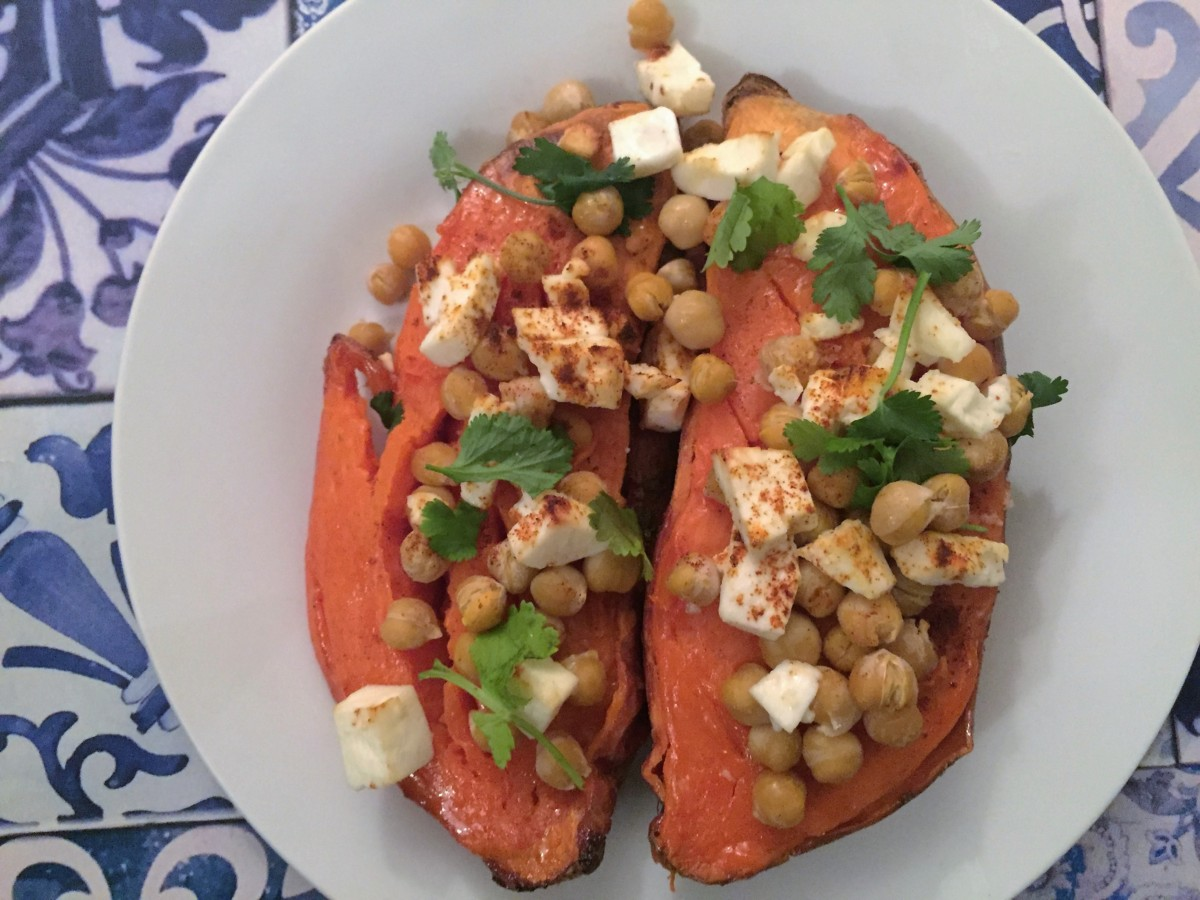 Roasted sweet potatoes with feta chesse and spicy chickpeas - copyright: www.globalmousetravels.com