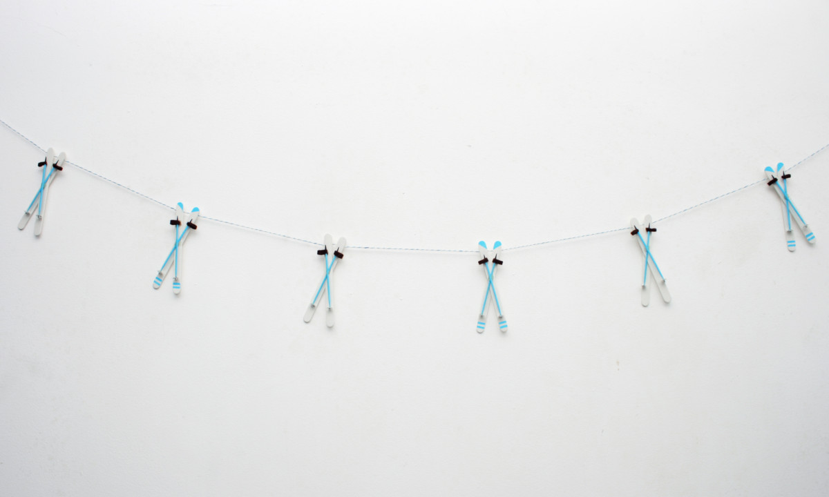 Make your own ski decor with this craft tutorial for ski garland / ski bunting - copyright: www.globalmousetravels.com