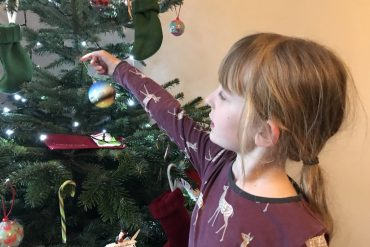 Decorating the Christmas tree with travel memories and Pines & Needles 2017 - copyright: www.globalmousetravels.com